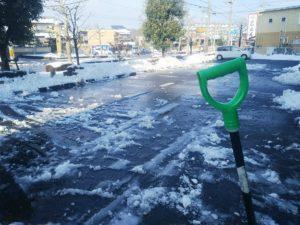 雪かきされた駐車場画像