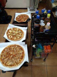 ピザとドリンクの画像